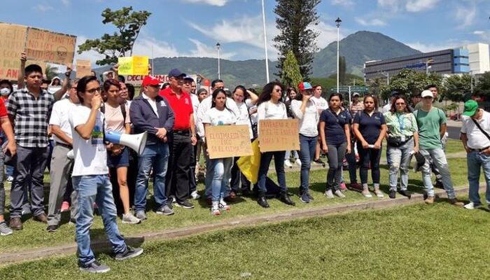 Estudiantes marchan para exigir medidas contra la destrucción del ambiente